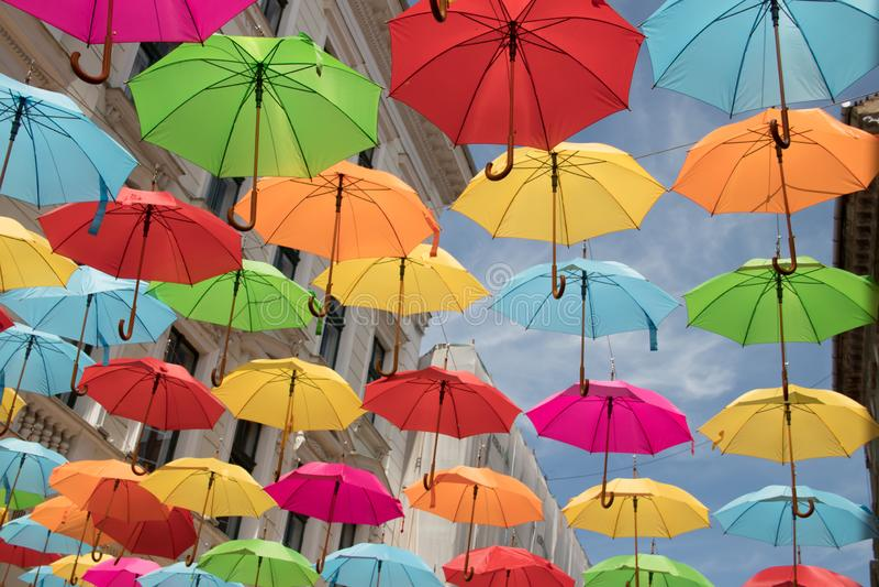 Färgrik paraplygarnering över den gå zonen royaltyfri fotografi
