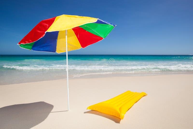 Färgrik parasoll- och luftmadrass royaltyfri foto