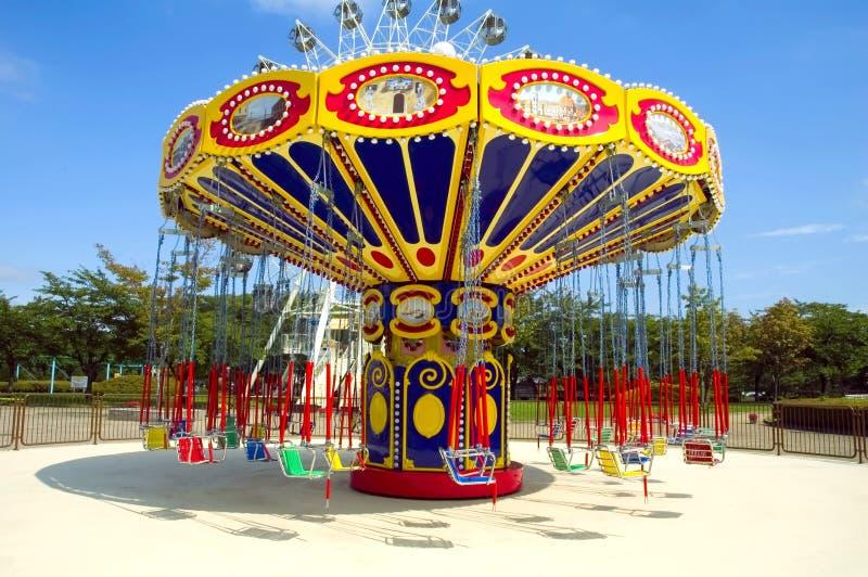 färgrik park för atractionkarusell arkivfoton