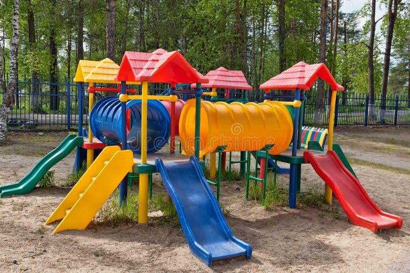 färgrik parklekplats för barn royaltyfri bild