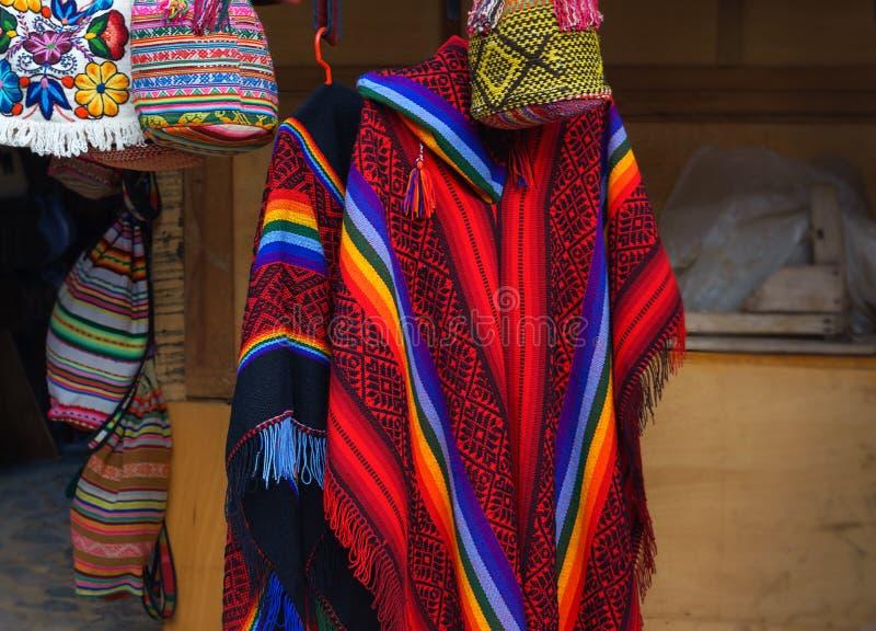 Färgrik peruansk poncho i marknaden i Machu Picchu, en av den nya under sju av världen, Cusco region Peru, Urubamba royaltyfria bilder