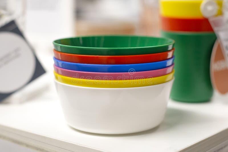 Färgrik plast- bordsservis för partier som campar, barn arkivfoto