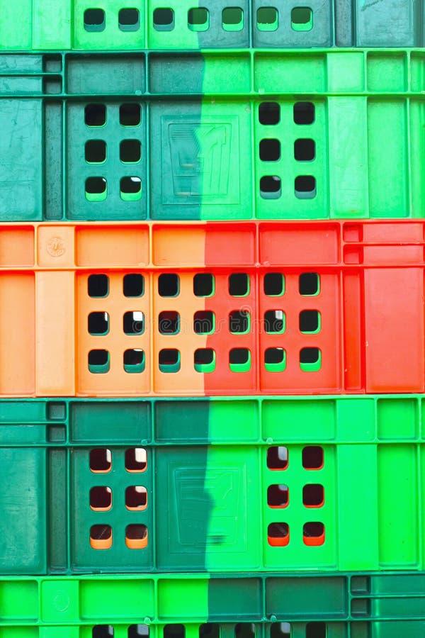 Färgrik plast- - staplade emballagebehållare. royaltyfria foton