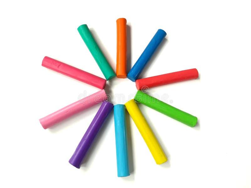 Färgrik plasticine, lerapinnar, stjärnaform, vit bakgrund, mångfärgad deg arkivbild