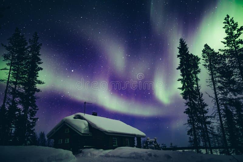 Färgrik polar arktisk Aurora Borealis för nordliga ljus aktivitet i vintern Finland fotografering för bildbyråer