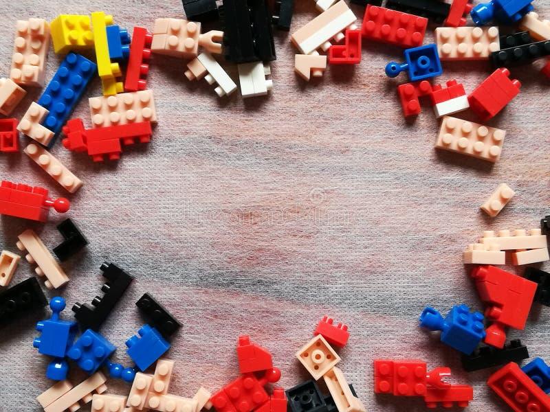 Färgrik Puzzel plast- konstruktionskvarter eller tegelstenleksak Barnbegrepp av utbildning royaltyfri fotografi