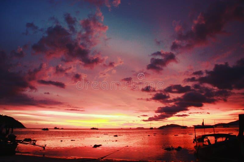 Färgrik röd solnedgångkombination som är blå och royaltyfri foto