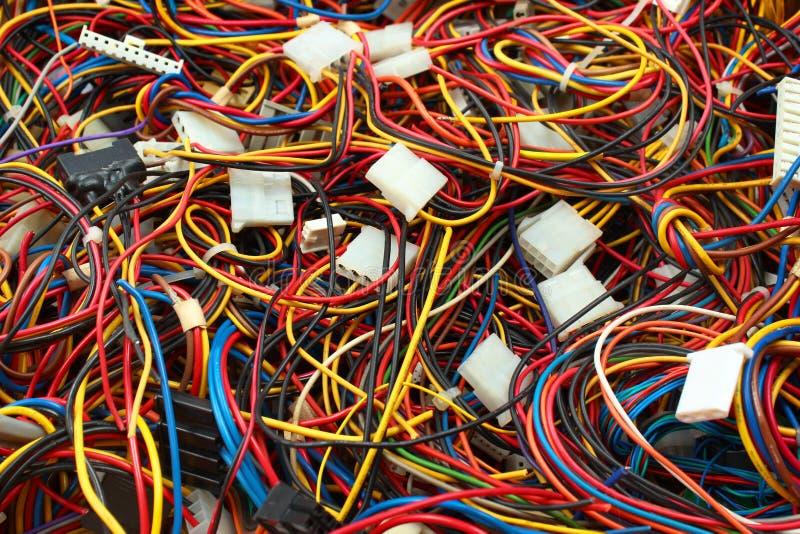 Färgrik röra av kabeltrådar och kontaktdon royaltyfri bild