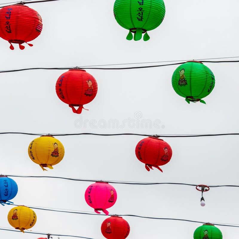 Färgrik rad av härliga pappers- lyktor Festivalen ?r en ber?m av f?delsen av Buddha i Sydkorea royaltyfri bild