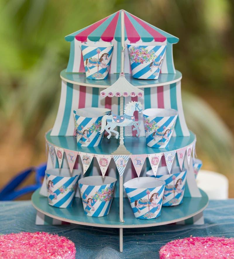 Färgrik randig blått- och rosa färgfödelsedagkarusell fotografering för bildbyråer