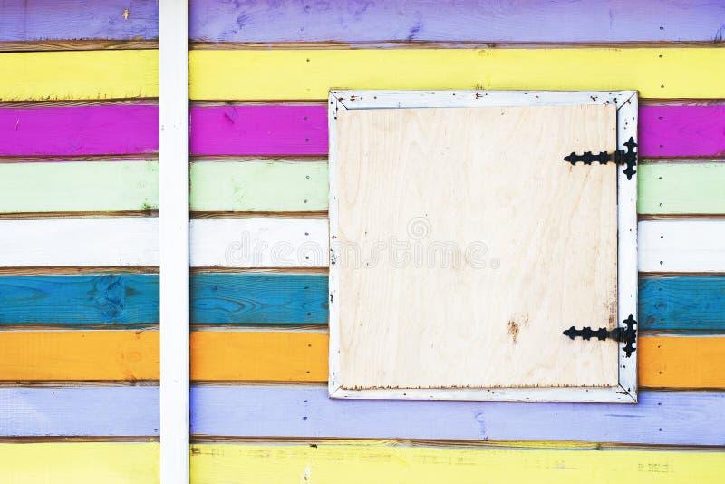 Färgrik randig vägg av strandhuset arkivbild