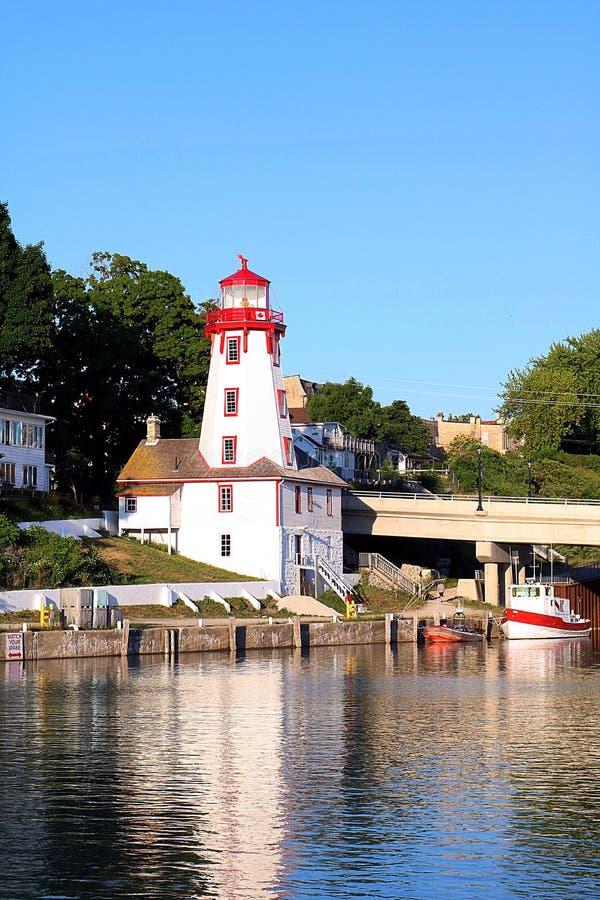 Färgrik reflexion av Kincardinen, Ontario, fyr royaltyfri bild