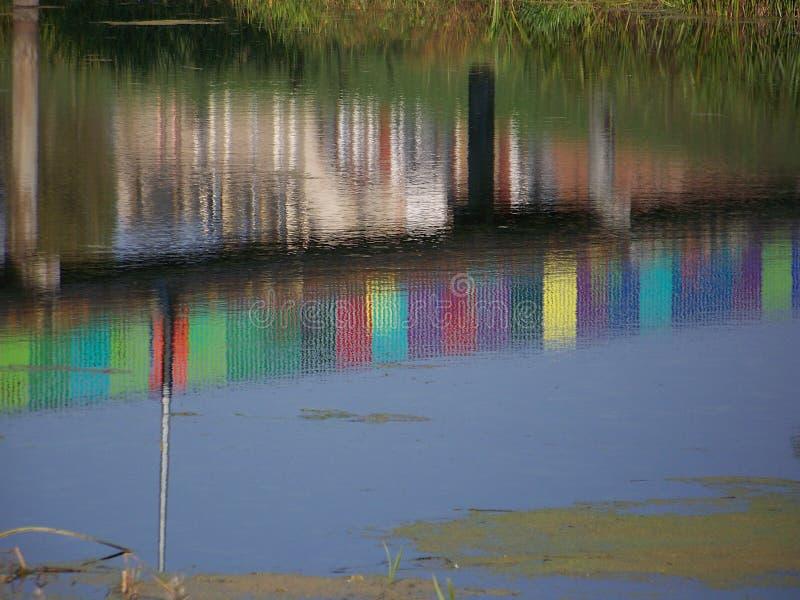 Färgrik reflexion i vatten fotografering för bildbyråer