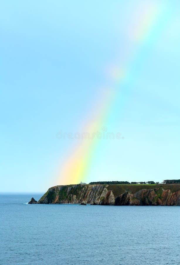 Färgrik regnbåge över havskust royaltyfri bild