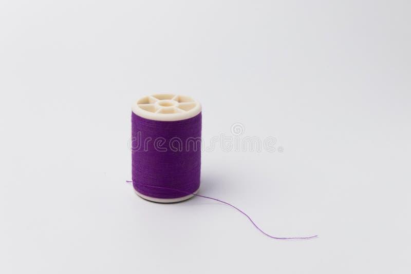 Färgrik rulle av trådisolaten på vit bakgrund fotografering för bildbyråer