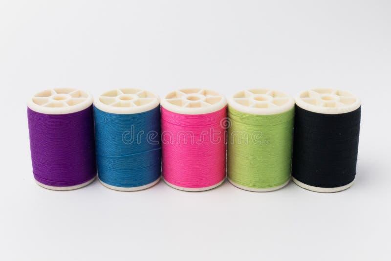Färgrik rulle av trådisolaten på vit bakgrund arkivfoton
