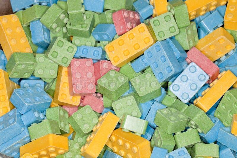 Färgrik sötsak och sura godisbyggnadskvarter royaltyfria bilder