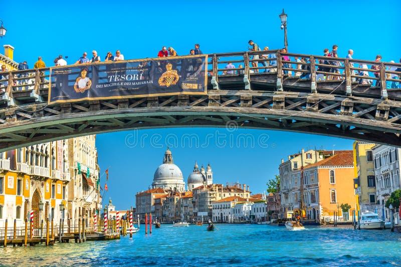Färgrik Salut för Grand Canal Ponte den akademiska världenbro kyrka Venedig I arkivfoto
