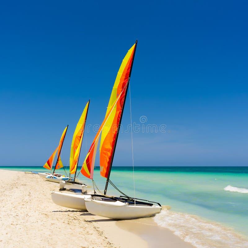 Färgrik segelbåt på en kubansk strand royaltyfria foton