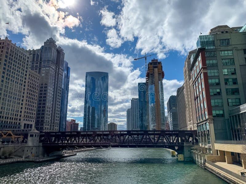 Färgrik sikt av det Chicago River landskapet, som el-drevet börjar att korsa royaltyfri fotografi