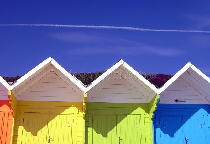 färgrik sjösida för strandchalets arkivbild