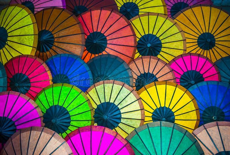 Färgrik skärm av paraplyer i Luang Prabang royaltyfria bilder