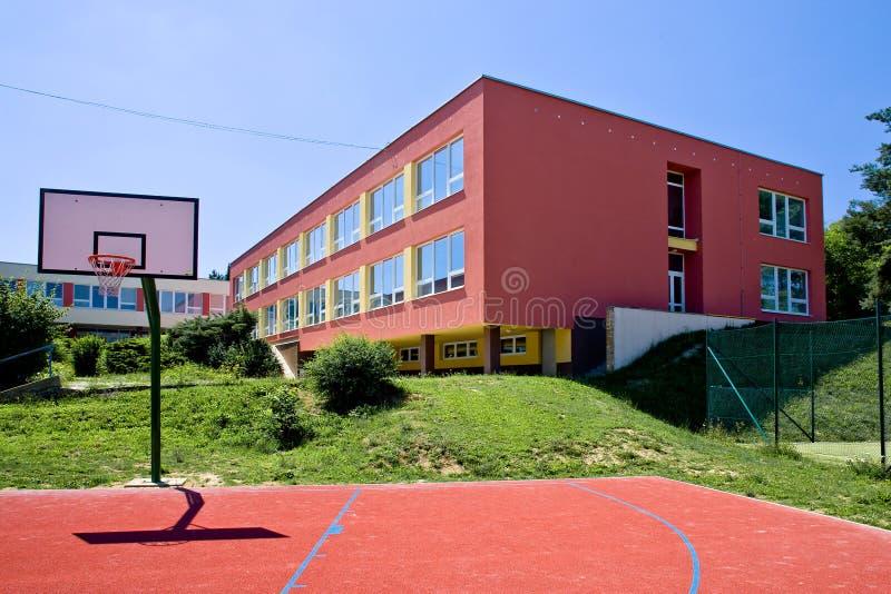 Färgrik skolabyggnad royaltyfri fotografi