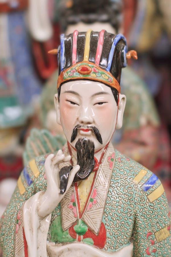 Färgrik skulptur av en forntida kinesisk adelsman på den Panjiayuan loppmarknaden, Peking, Kina arkivfoto