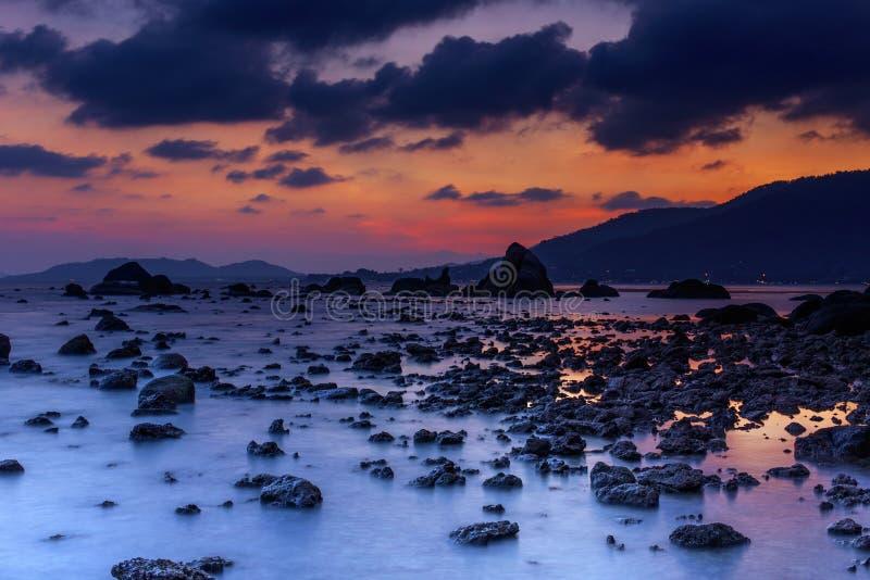 Färgrik skymning över den torpical ön i Thailand royaltyfria foton