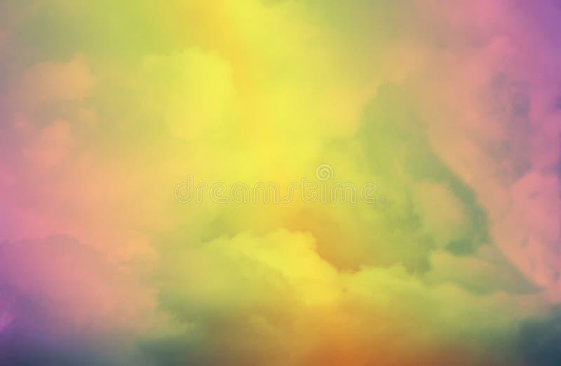Färgrik skymninghimmel med moln/abstrakt begreppbakgrund arkivbilder