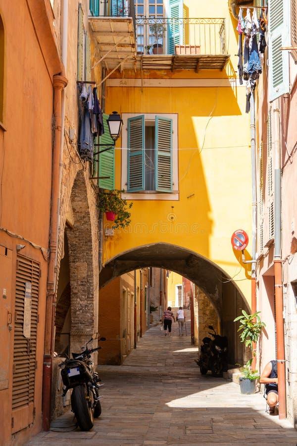 Färgrik smal gata i Nice på franska riviera, Cote d'Azur, södra Frankrike royaltyfri fotografi