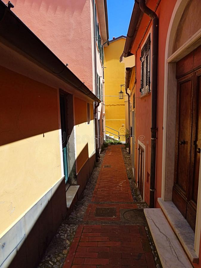 Färgrik smal gata i Telaro Italien arkivfoto