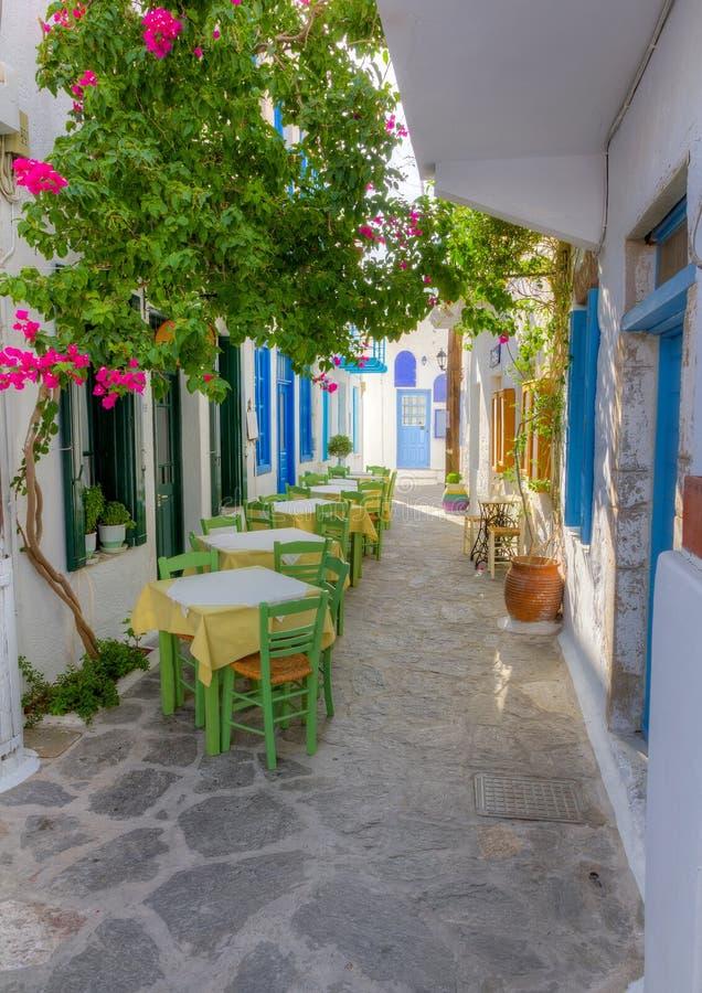 Färgrik smal gränd i Milos ö, Grekland arkivbild