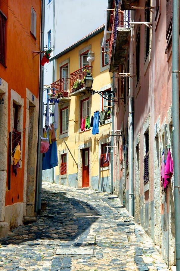 färgrik smal portugal gata royaltyfri foto
