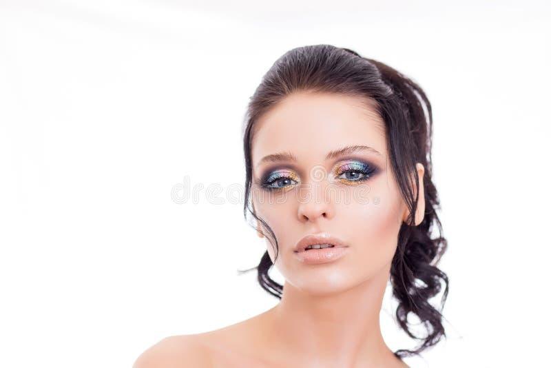 Färgrik sminkkvinnaframsida, härlig brunettsommarmakeup, modell för skönhetmodeflicka med rosa kanter royaltyfri fotografi