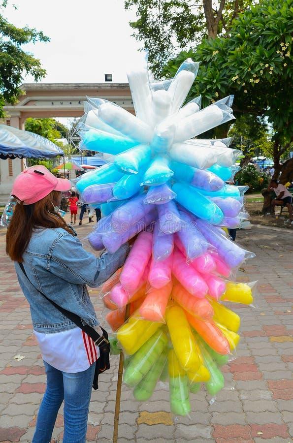 Färgrik sockervadd som packas i plastpåsar royaltyfri foto