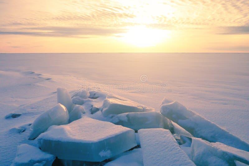 Färgrik solnedgång över den crystal isen av Baikal sjön arkivfoto