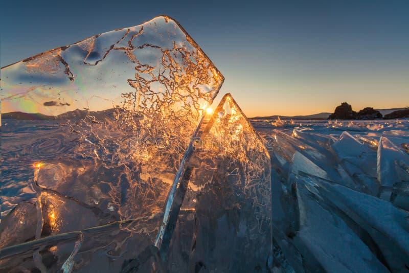 Färgrik solnedgång över den crystal isen av Baikal sjön royaltyfria bilder