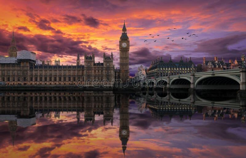 Färgrik solnedgång över den Westminster slotten och Big Ben i London arkivfoton