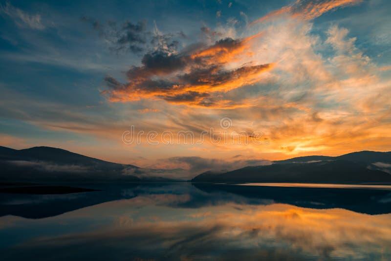 Färgrik solnedgång över en bergsjö royaltyfri fotografi