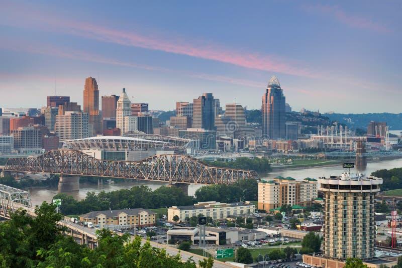 Färgrik solnedgång över en horisont av Cincinnati, Ohio från Devou PA arkivfoto