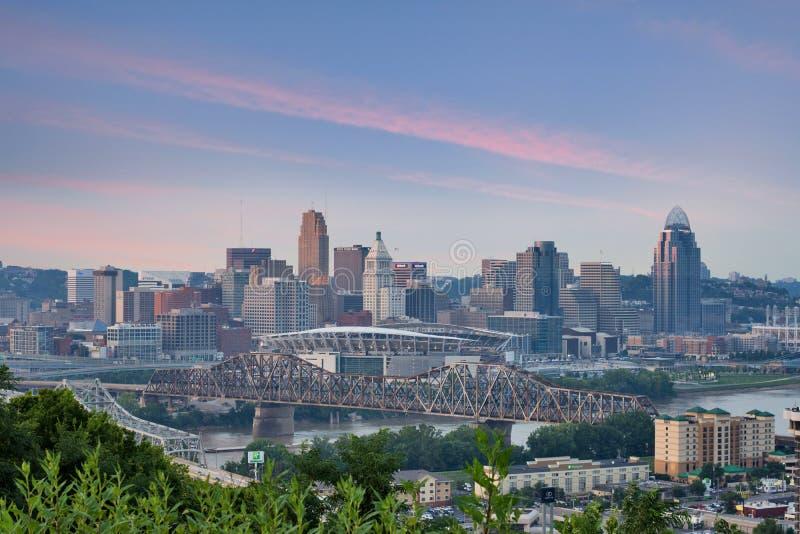 Färgrik solnedgång över en horisont av Cincinnati, Ohio från Devou PA royaltyfri bild