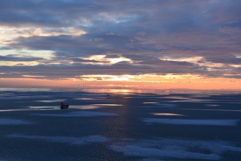 Färgrik solnedgång över sjön Balaton royaltyfria bilder
