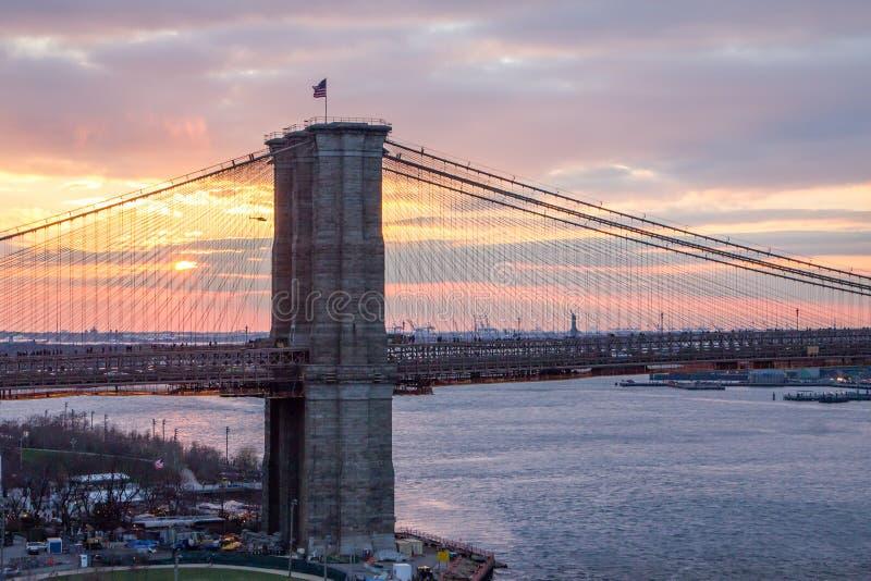 Färgrik solnedgång bak den Brooklyn bron, Manhattan New York City royaltyfri bild