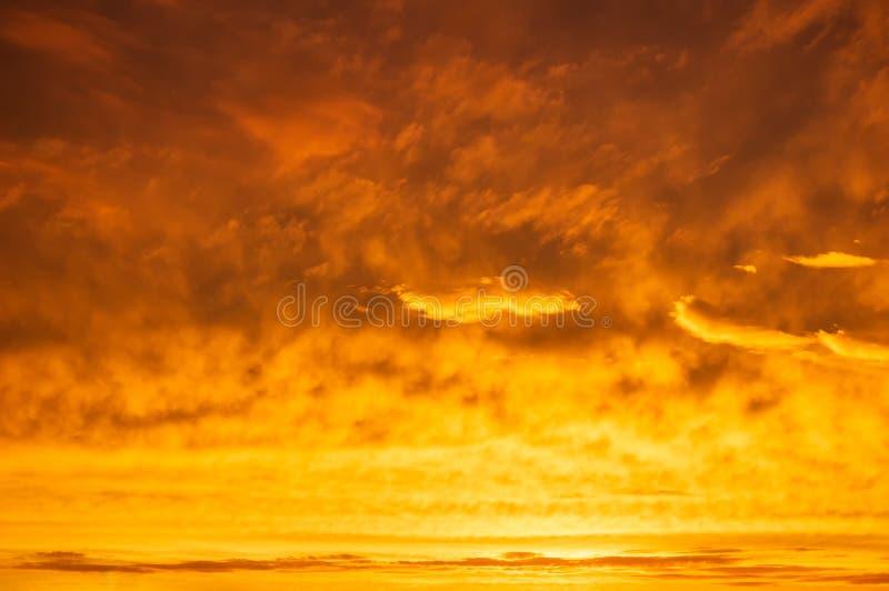 Färgrik solnedgång för orange himmel Flamma orange moln efter regn royaltyfria bilder