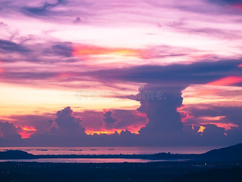 Färgrik solnedgång i bergkullen arkivbild