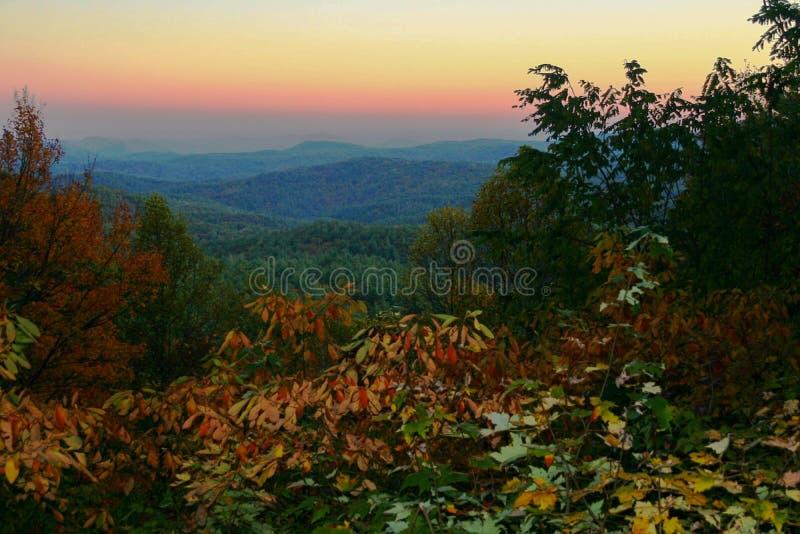 Färgrik solnedgång i de North Carolina bergen i nedgången royaltyfri fotografi