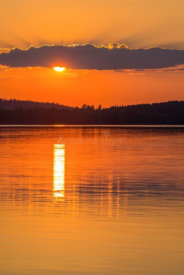 Färgrik solnedgång med molnet och vatten royaltyfri foto