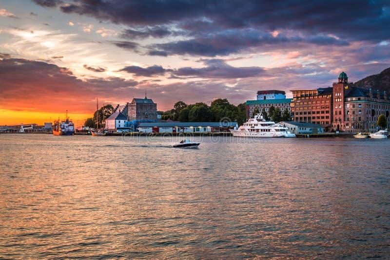 Färgrik solnedgång på den Bergen hamnen i det Bergen centret royaltyfri fotografi