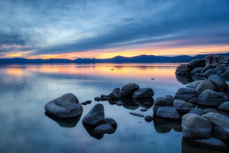 Färgrik solnedgång på sandhamnen arkivbild